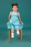 Kleines Mädchen im blauen Kleid lizenzfreies stockbild