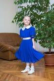 Kleines Mädchen im blauen Retro- Kleid Lizenzfreie Stockbilder