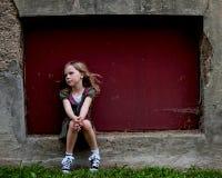 Kleines Mädchen im Fenster-Rahmen Stockbild