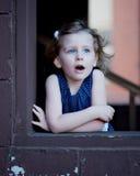 Kleines Mädchen im Fenster-Rahmen Lizenzfreies Stockfoto