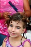 Kleines Mädchen im Friseur, der umsponnenes Haar vorbereitet Lizenzfreie Stockfotos