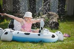 Kleines Mädchen im Gartenpool lizenzfreies stockfoto