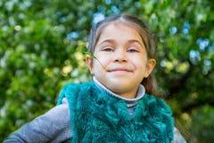 Kleines Mädchen im grünen Garten am sonnigen Tag Lizenzfreie Stockfotos