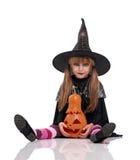 Kleines Mädchen im Halloween-Kostüm Stockbild