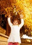Kleines Mädchen im Herbsthinterhof Stockfotografie