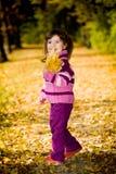 Kleines Mädchen im Herbstpark Lizenzfreie Stockfotos