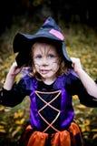 Kleines Mädchen im Hexen-Kostüm Stockfotografie