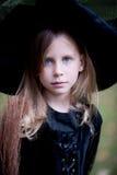 Kleines Mädchen im Hexen-Kostüm Stockbilder