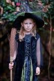 Kleines Mädchen im Hexen-Kostüm Lizenzfreies Stockbild