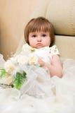 Kleines Mädchen im Hochzeitskleid Stockfotos