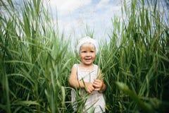 Kleines Mädchen im hohen Gras Lizenzfreies Stockbild