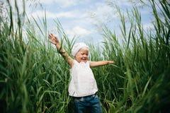 Kleines Mädchen im hohen Gras Lizenzfreie Stockfotografie