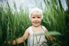 Kleines Mädchen im hohen Gras Lizenzfreies Stockfoto
