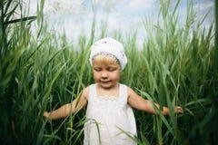 Kleines Mädchen im hohen Gras Lizenzfreie Stockfotos