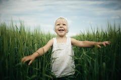 Kleines Mädchen im hohen Gras Stockfotografie