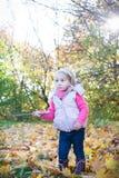 Kleines Mädchen im Holz Lizenzfreie Stockfotos