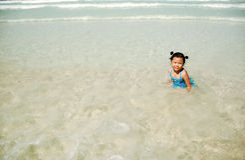 Kleines Mädchen im klaren Meer stockfotografie