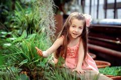 Kleines Mädchen im Kleid Stockbild