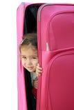 Kleines Mädchen im Koffer Lizenzfreie Stockfotografie
