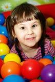 Kleines Mädchen im Kugelpool. Stockbild