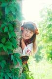 Kleines Mädchen im nationalen ukrainischen Kostüm auf der Natur Stockfotografie