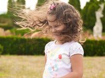 Kleines Mädchen im Park Stockfotografie