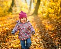Kleines Mädchen im Park lizenzfreie stockbilder