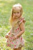 Kleines Mädchen im Park Stockbilder