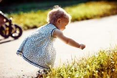 Kleines Mädchen im Park Stockfotos