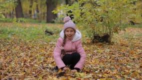 Kleines Mädchen im Parkherbst Entzückendes kleines Mädchen-Lächeln stock video