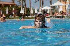 Kleines Mädchen im Pool Stockfotos
