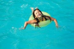 Kleines Mädchen im Pool stockbilder