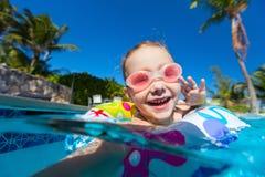 Kleines Mädchen im Pool Stockfoto