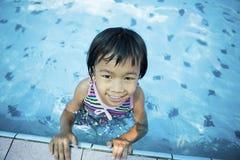 Kleines Mädchen im Pool Stockfotografie