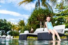 Kleines Mädchen im Pool Lizenzfreies Stockfoto