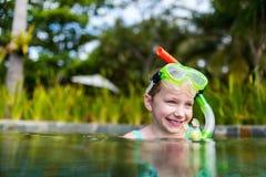 Kleines Mädchen im Pool Lizenzfreie Stockfotos
