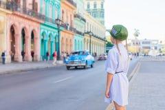 Kleines Mädchen im populären Bereich nahe EL Capitolio in Havana City, Kuba Porträt des klassischen Amerikaners der Kinderhinterg stockbilder