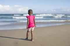 Kleines Mädchen im Rosa auf Strand Lizenzfreies Stockfoto
