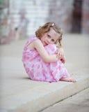 Kleines Mädchen im rosa Kleid auf Beschränkung Lizenzfreie Stockfotos