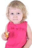 Kleines Mädchen im rosafarbenen Kleid mit Muffin Stockbilder