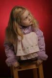 Kleines Mädchen im rosafarbenen Kleid und Winter beschichten Stockfotografie