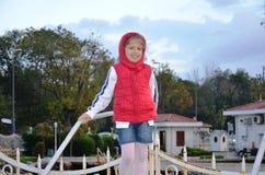 kleines Mädchen im roten anorakl Stockfotos