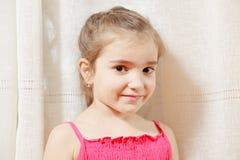 Kleines Mädchen im roten Kleid stockfotografie