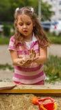 Kleines Mädchen im Sandkasten Lizenzfreie Stockfotos