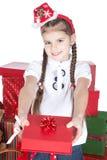 Kleines Mädchen im Sankt-Hut mit Geschenken auf Weiß Lizenzfreies Stockbild