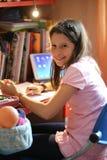 Kleines Mädchen im Schlafzimmer Lizenzfreie Stockfotografie