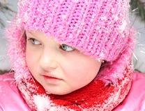 Kleines Mädchen im Schnee. Stockbild