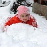 Kleines Mädchen im Schnee Lizenzfreie Stockfotos