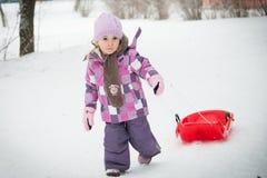 Kleines Mädchen im Schnee Stockfotos