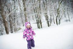 Kleines Mädchen im Schnee Stockfotografie